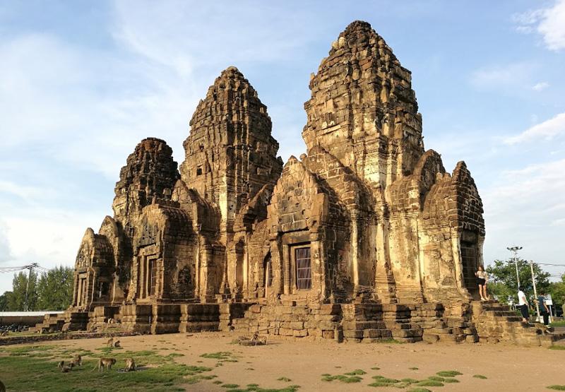 Храм Пранг Сам Йот в Лопбури