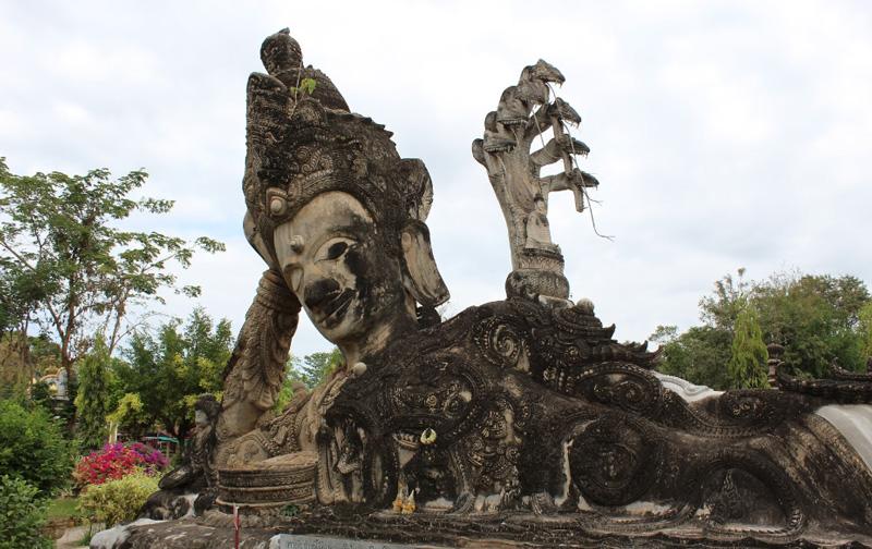 Статуи в саду храма Сала Кео Ку