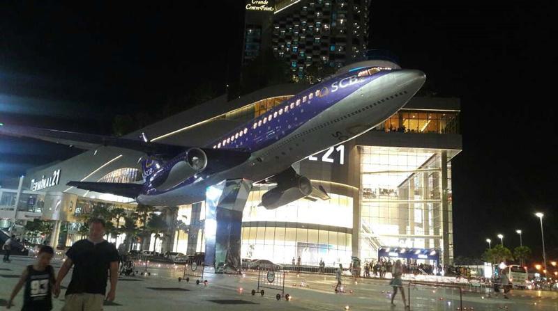 Самолет перед терминалом 21 в Паттайе