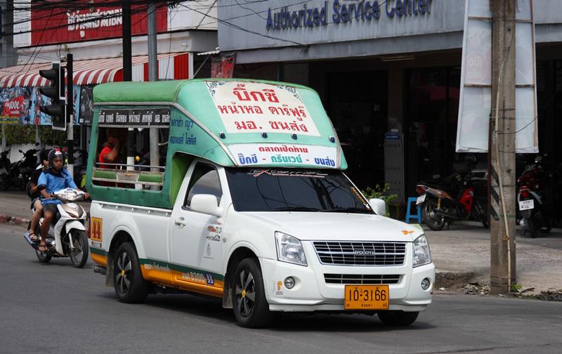 Белый пикап едет по Сукхумвиту