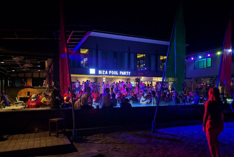 Вечеринка в бассейне в одном из баров Ло Далам