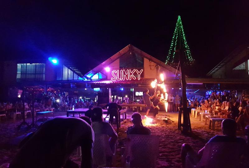 Фаершоу в одном из баров Ло Далам