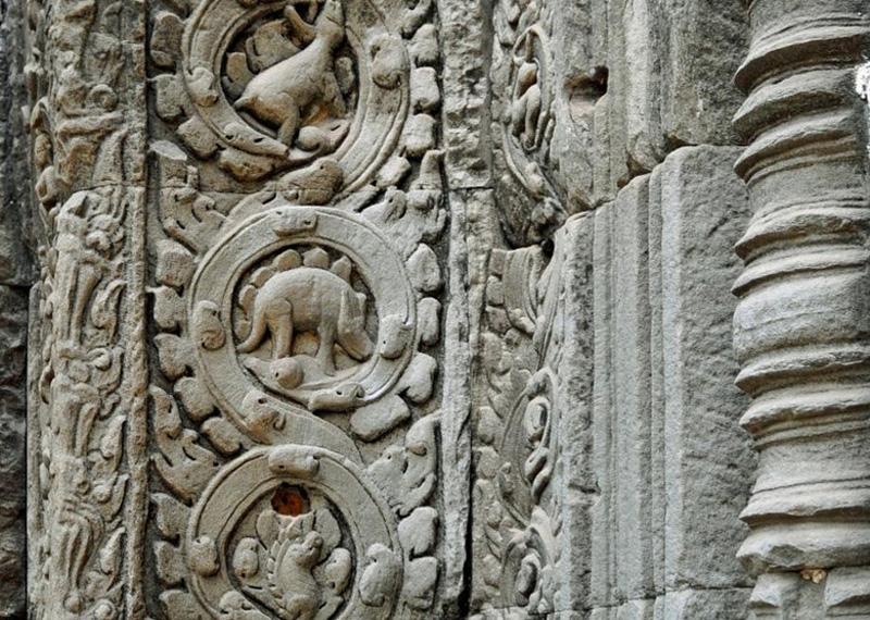 Изображения стегозавра и гиракодонта на стенах Ангкор Ват