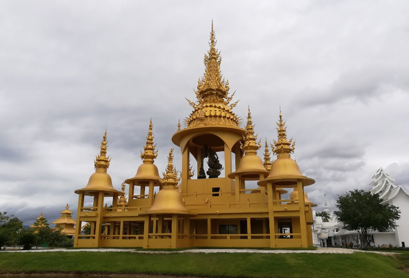 Золотой дворец в комплексе Ват Ронг Кхун