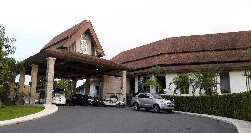 Главный вход в отельsplash beach resort
