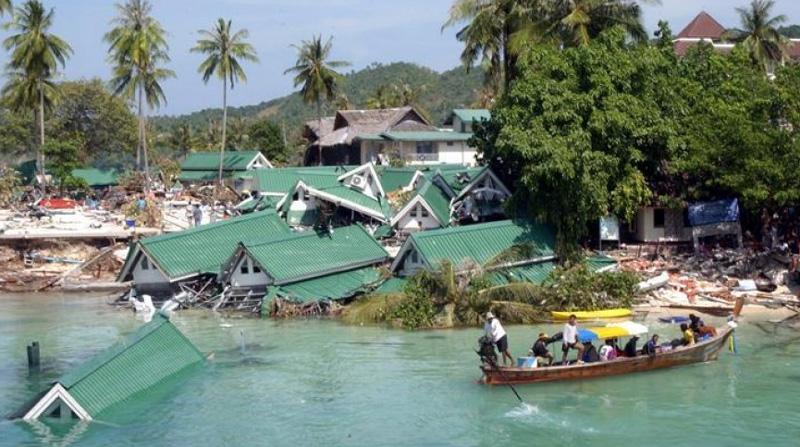 Разрушения прибрежных построек после цунами