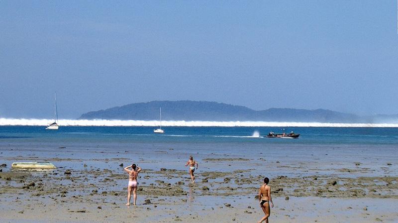 Отход воды от берега перед цунами в Тайладде