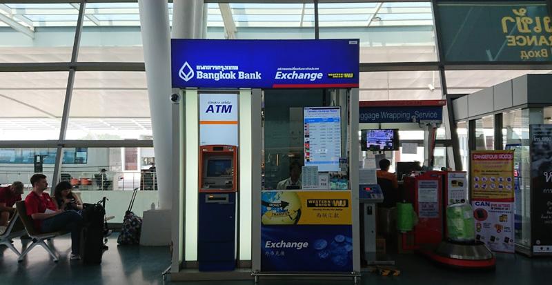 Пункт обмена валют и упаковка багажа в зоне вылета аэропорт Пхукет