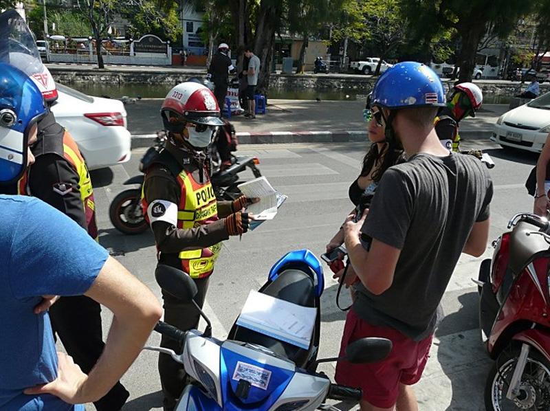 Дорожные полицейские в Таиланде