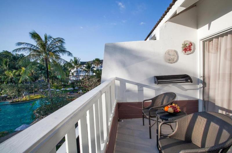 Номер делюкс с балконом и видом на бассейн